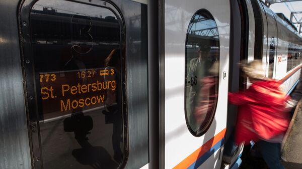 Пассажирка на платформе Московского вокзала в Санкт-Петербурге