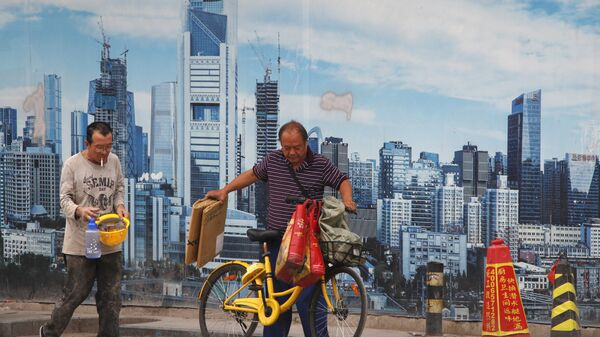 Жители Пекина на фоне стены с изображением небоскребов китайской столицы