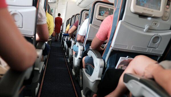 Пассажиры в самолете во время полета