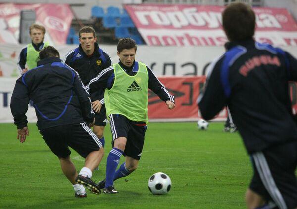 Игорь Семшов (в центре) на отрытой тренировке сборной России по футболу