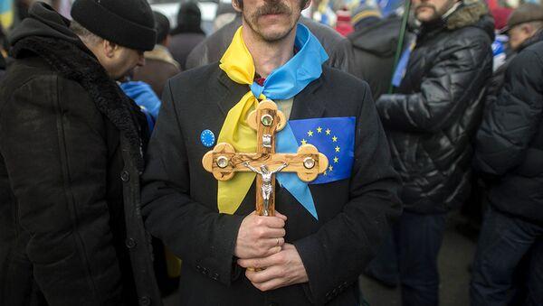 Мужчина с крестом на площади Независимости в Киеве