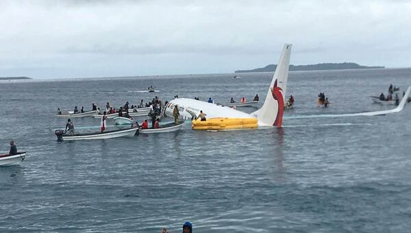 Пассажирский Boeing 737-800 авиакомпании Air Niugini после аварийной посадки на воду в Микронезии