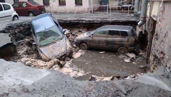 Последствия прорыва внутриквартального трубопровода в Санкт-Петербурге