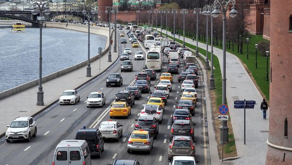 Автомобильное движение на Кремвлеской набережной в Москве. Архивное фото