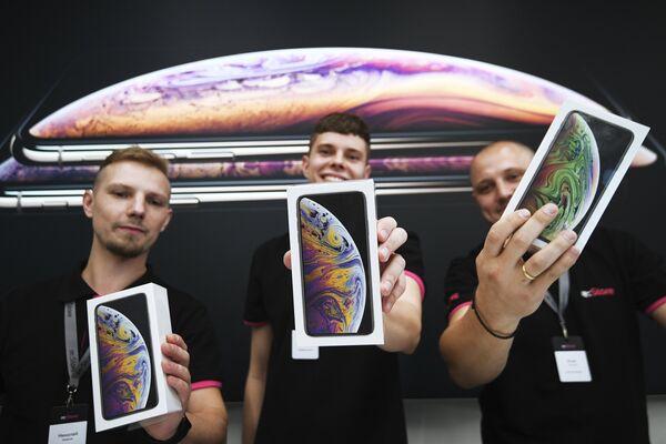 Сотрудники магазина re:Store на Тверской улице в Москве демонстрируют коробки с телефонами iPhone XS и iPhone XS Max