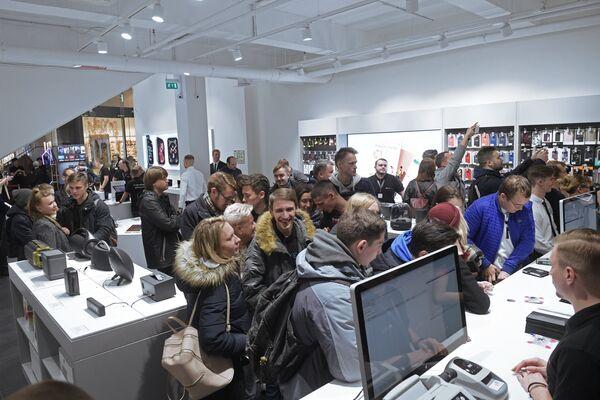 Посетители в магазине re:Store торгово-развлекательного центра «Галерея» в Санкт-Петербурге