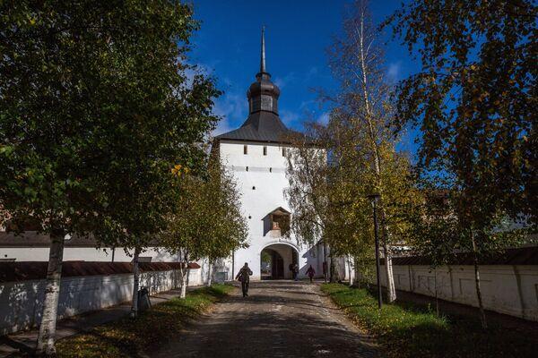 Центральная аллея Кирилло-Белозерского монастыря в селе Горицы Вологодской области