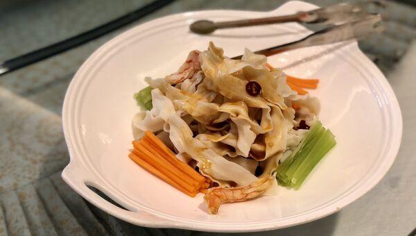 Лапша с морепродуктами и овощами, Китай