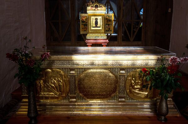 Икона и рака с мощами преподобного Кирилла - основателя Кирилло-Белозерского монастыря в селе Горицы Вологодской области