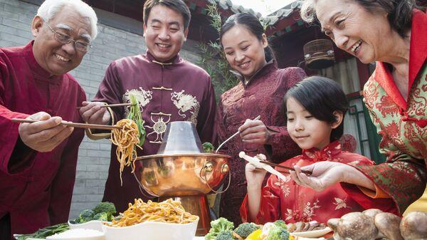 Семья в национальной китайской одежде