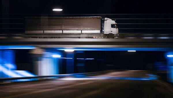 Грузовая машина на подъезде к Крымскому мосту, где были сняты ограничения на движение фур свыше 3,5т. 1 октября 2018