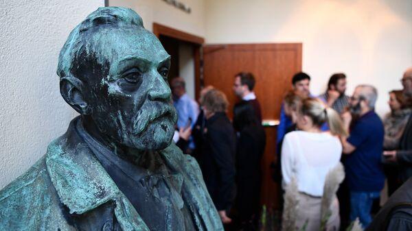 Статуя шведского изобретателя и ученого Альфреда Нобеля в Каролинском институте в Стокгольме