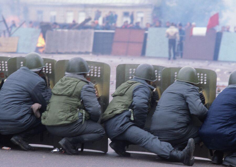 Оцепление ОМОН и баррикады сторонников ВС РФ на Смоленской площади. 2 октября 1993 года
