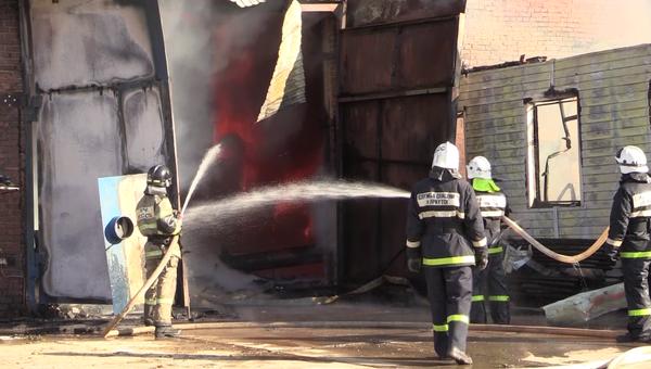 Ликвидация пожара на территории грузового речного порта в Иркутске. 1 октября 2018