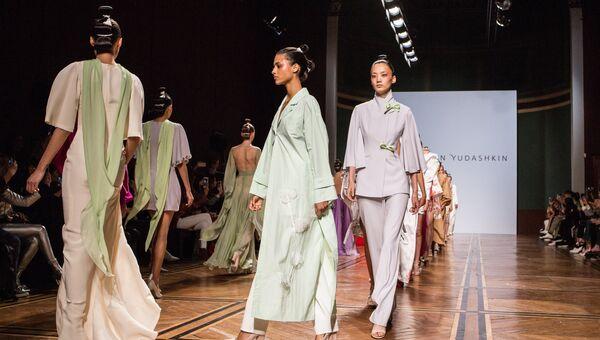 Модели демонстрируют одежду из новой коллекции весна-лето 2019 года модельера Валентина Юдашкина на Неделе моды в Париже