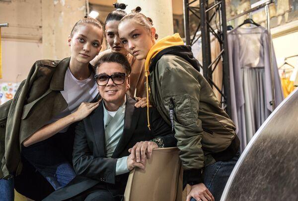 Модельер Валентин Юдашкин с моделями перед показом своей новой коллекции весна-лето 2019 года на Неделе моды в Париже