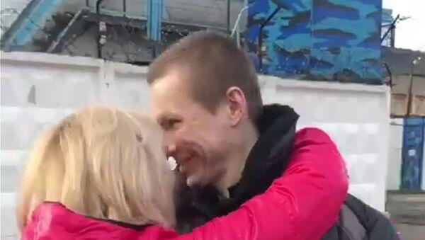 Стоп-кадр видео освобождения Евгения Макарова из ярославской колонии №1