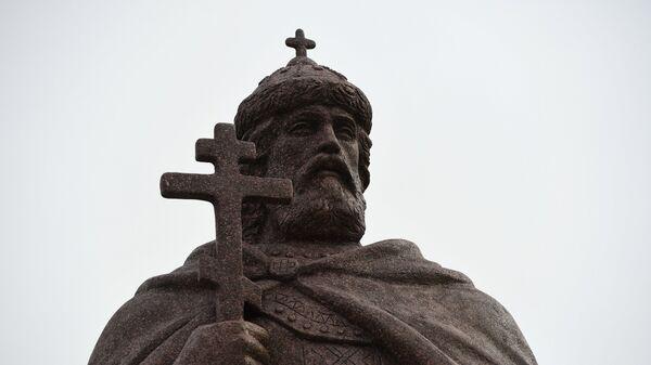Памятник святому равноапостольному князю Владимиру после церемонии открытия в Троицком сквере возле Троице-Владимирского собора в Новосибирске