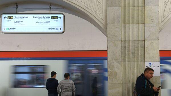Лайтбокс с навигационными элементами с измененным дизайном, временно размещенный в пилотном режиме на станции Пушкинская