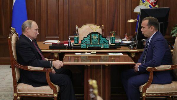 Президент РФ Владимир Путин и временно исполняющий обязанности губернатора Курганской области Вадим Шумков во время встречи. 2 октября 2018