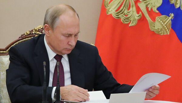 Президент РФ Владимир Путин на совещании с членами правительства РФ. 2 октября 2018