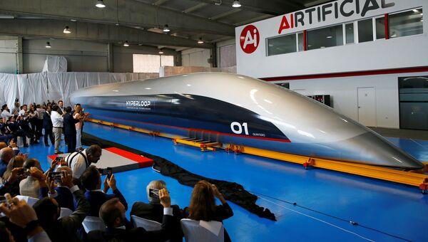 Капсула сверхскоростной транспортной системы Hyperloop во время презентации в Кадисе, Испания. 2 октября 2018