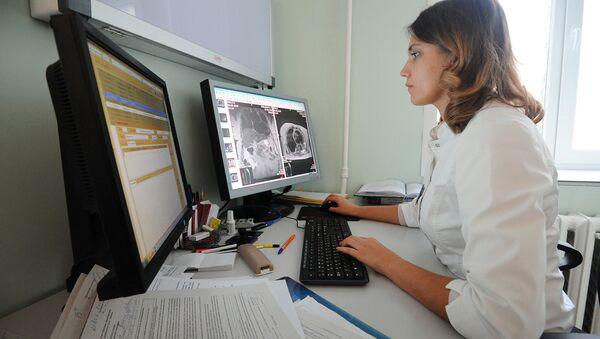 Врач описывает результаты магниторезонансной томографии. Архивное фото