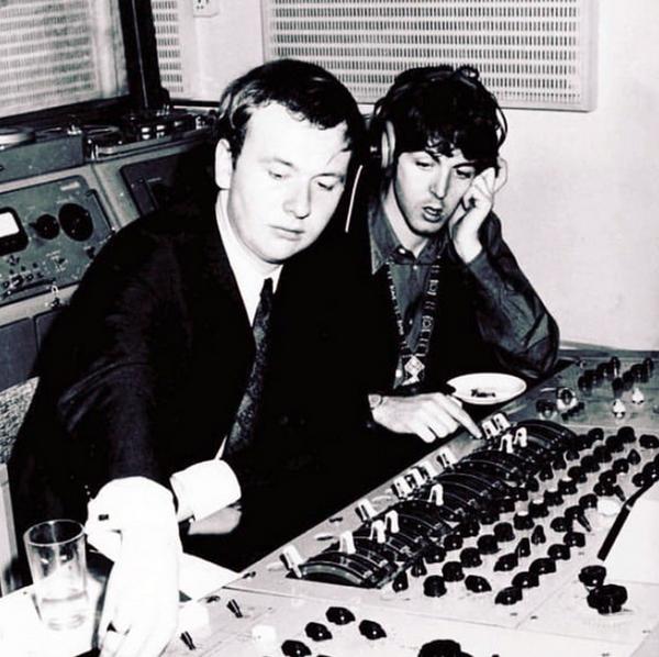 Английский звукорежиссёр, музыкальный продюсер Джефф Эмерик и музыкант группы The Beatles Пол Маккартни во время работы в студии звукозаписи