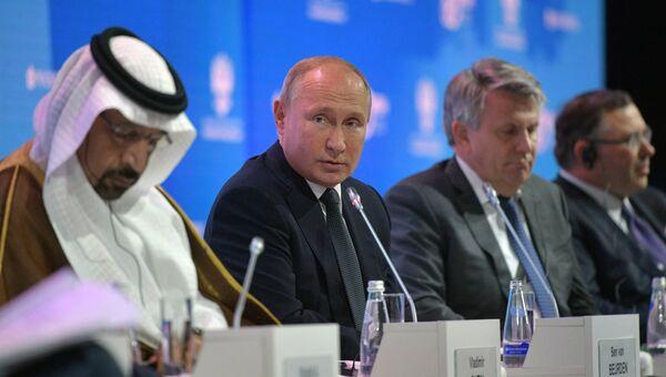 Президент РФ Владимир Путин на международном форуме Российская энергетическая неделя