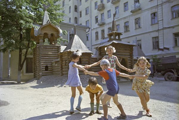 Детская игровая площадка в одном из дворов Москвы