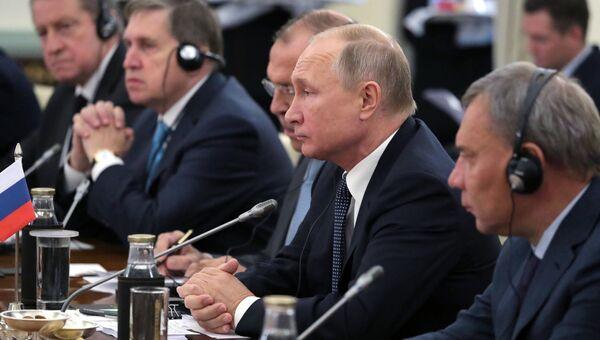Президент РФ Владимир Путин во время российско-индийских переговоров в Хайдарабадском дворце в Нью-Дели. 5 октября 2018