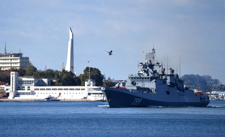 Швартовка фрегата Черноморского флота Адмирал Макаров, прибывшего в Севастополь после выполнения задач в Средиземном море