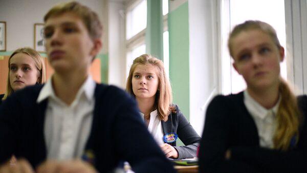 Учащиеся одной из московских школ во время урока. Архивное фото