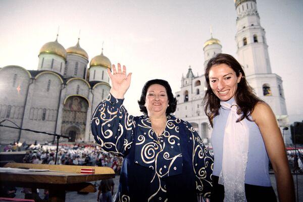 Испанская оперная певица Монсеррат Кабалье и ее дочь Монсеррат Марти на Соборной площади Кремля в Москве. 1998 год