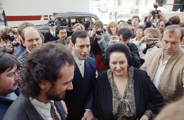 Оперная певица Монсеррат Кабалье и вокалист группы Queen Фредди Меркьюри перед презентацией совместного альбома Барселона в в лондонском Альберт-холле. 10 октября 1988