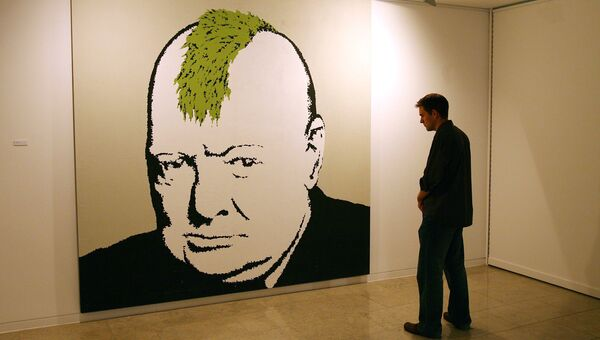 Посетитель у портрета Уинстона Черчилля работы британского художника Бэнкси на выставке в Лондоне, Великобритания