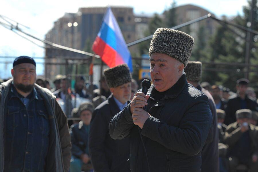 Мужчина выступает на митинге несогласных с соглашением об определении границы между Республикой Ингушетия и Чеченской Республикой, в Магасе. 6 октября 2018