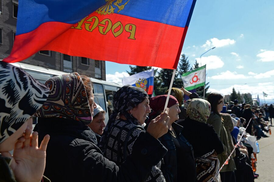 Участники митинга, не согласные с соглашением об определении границы между Республикой Ингушетия и Чеченской Республикой, в Магасе. 6 октября 2018