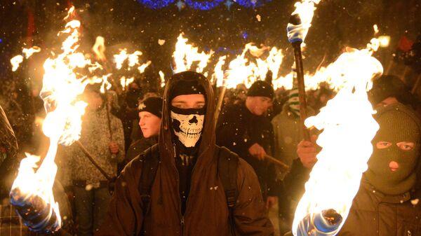 Украинские националисты во время факельного шествия во Львове. Архивное фото