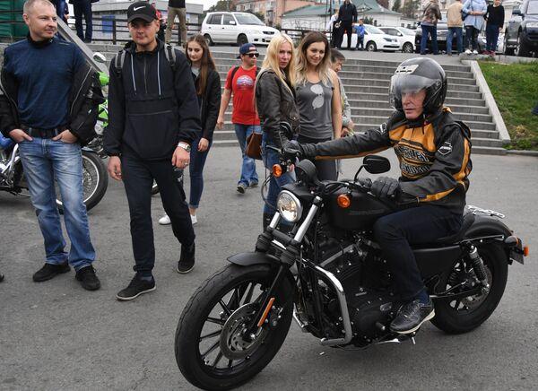Временно исполняющий обязанности губернатора Приморского края Олег Кожемяко во время закрытия байкерского сезона во Владивостоке