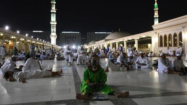 Паломники, прибывающие на хадж в Мекку, совершают намаз в Медине