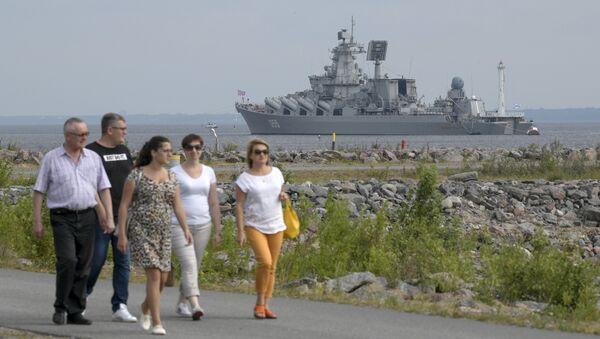Ракетный крейсер Маршал Устинов после завершения репетиции парада в честь Дня Военно-морского флота в Кронштадте