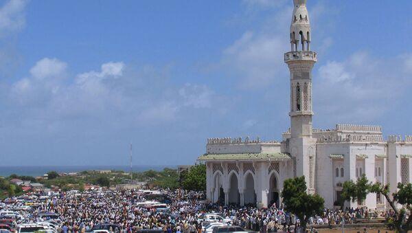 Сомалийцы возле мечети в Могадишо
