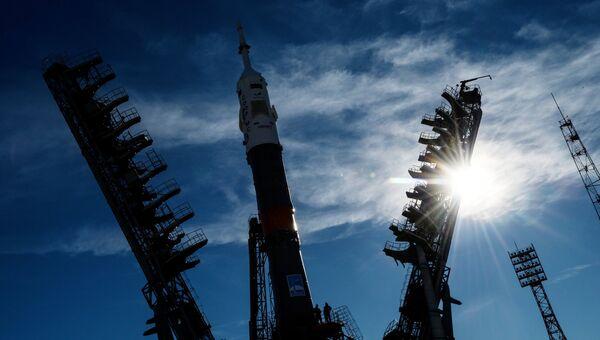 Установка ракеты-носителя Союз-ФГ на стартовый стол первой Гагаринской стартовой площадки космодрома Байконур. Архивное фото