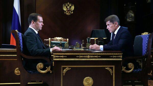 Председатель правительства РФ Дмитрий Медведев и временно исполняющий обязанности губернатора Приморского края Олег Кожемяко во время встречи. 10 октября 2018