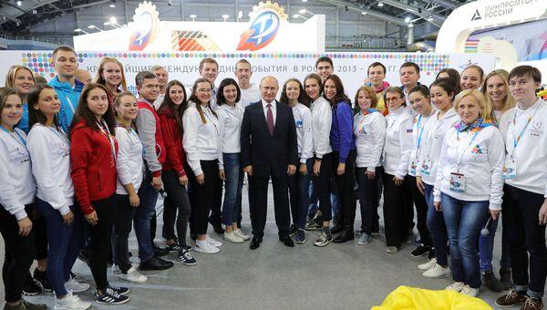 Президент РФ Владимир Путин и волонтеры XXIX Всемирной зимней универсиады 2019 года на VII Международном спортивном форуме Россия – спортивная держава