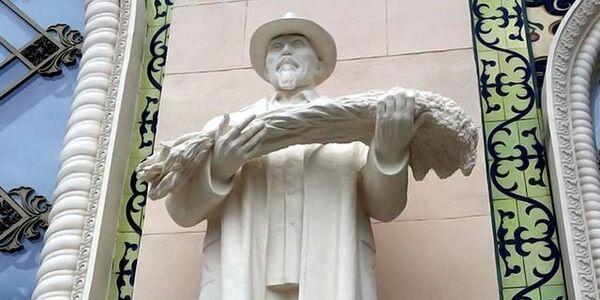 Скульптура Шыганака Берсиева, павильон Казахстан на ВДНХ в Москве