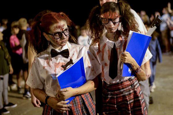 Участники фестиваля Zombie Walk в Ситжесе