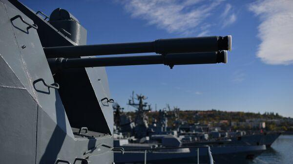 Орудие на учебном корабле Балтийского флота Перекоп