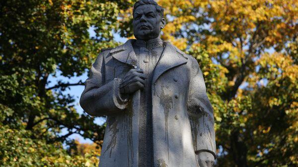 Фрагмент памятника генералу Ватутину в Мариинском парке Киева, который радикалы забросали яйцами. 14 октября 2018